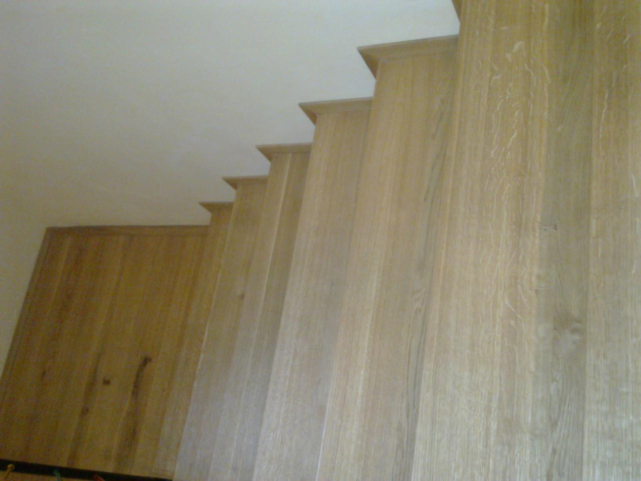 Detail olištování dubového schodiště